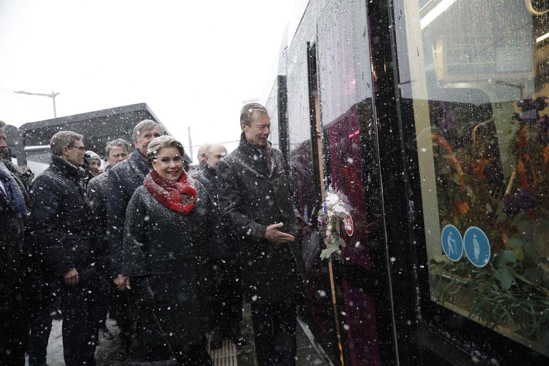 """11.10 Uhr: Die Ehrengäste besteigen die Tram an der Haltestelle """"Roud Bréck""""."""