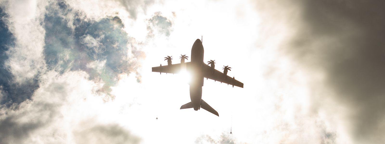 Sonnige Zeiten für Airbus: Ein Airbus A400M Transportflugzeug fliegt über den Fliegerhorst Wunstorf in der Nähe von Hannover.
