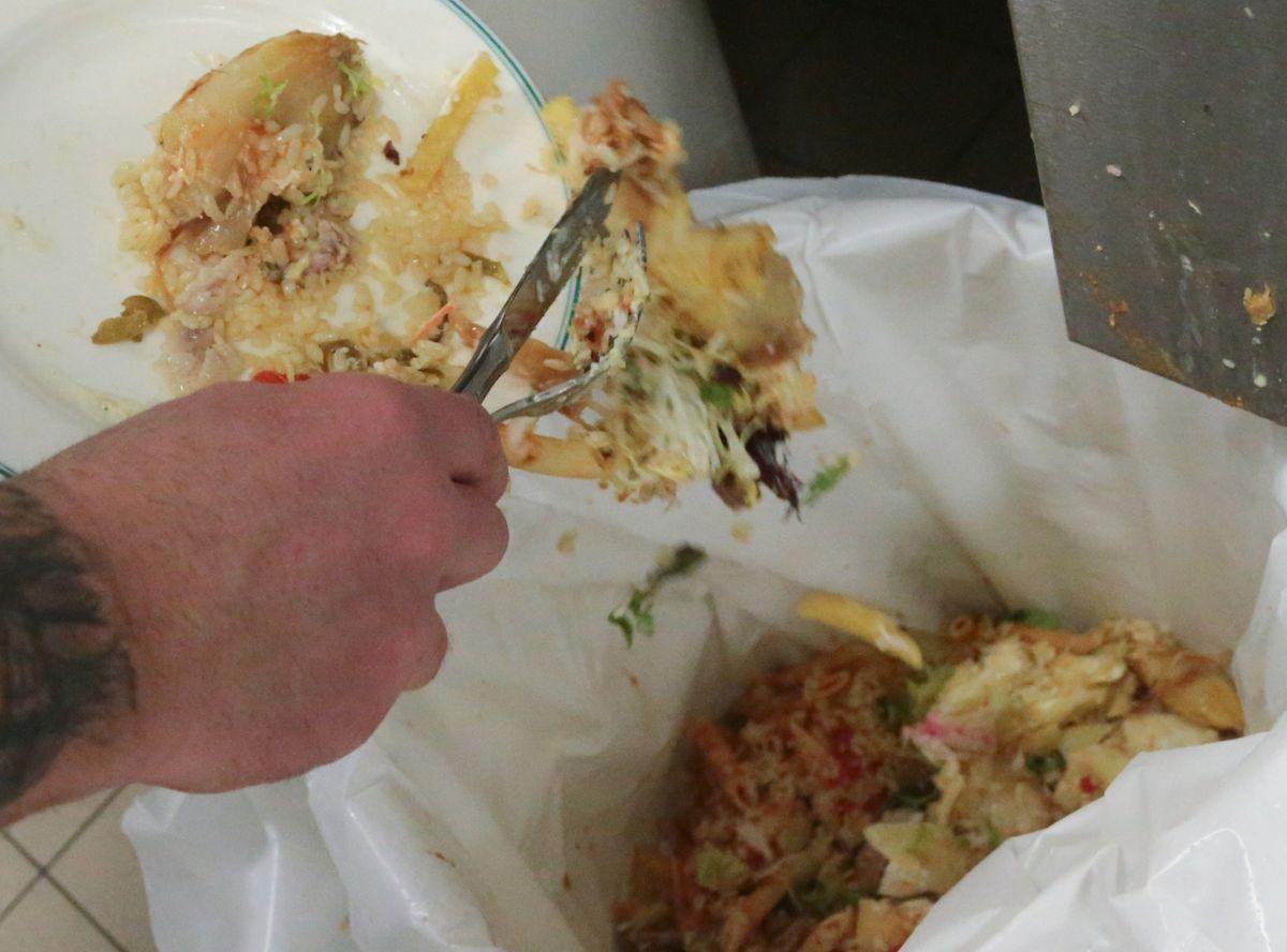 Dans les collectivités, les déchets sont triés: le périssable d'un côté, le recyclable de l'autre, l'huile de friture dans une fosse spécifique.