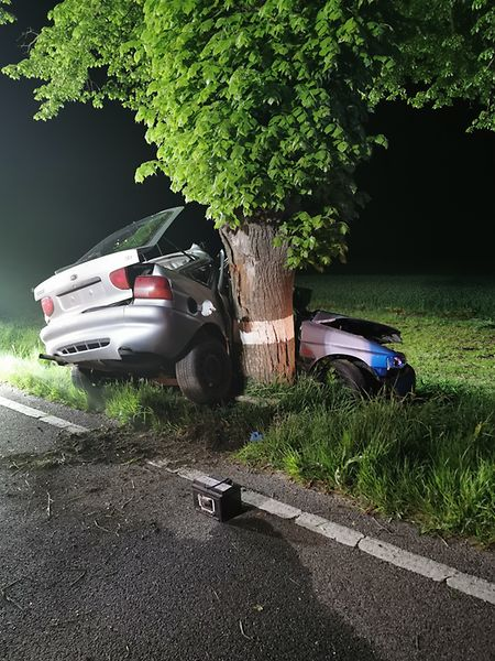 La voiture a percuté de plein fouet l'arbre, côté passager.