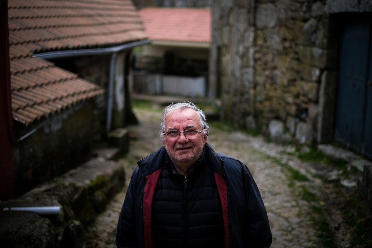 Osvaldo Magalhães recuperou nove casas da aldeia e tem mais duas por reconstruir.