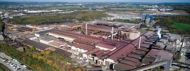 Das Gelände für die Industrieabfalldeponie befindet sich auf der früheren Schlackenhalde, auf dieser Luftaufnahme als graue Fläche hinter dem Differdinger Stahlwerk zu erkennen.