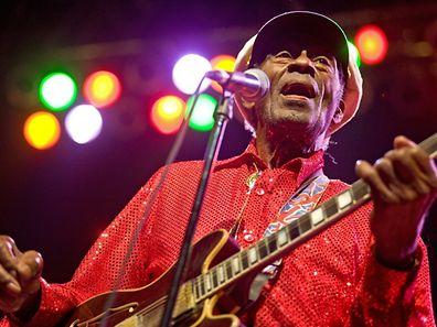 """Le jour de son 90e anniversaire Chuck Berry avait créé la surprise en annonçant la sortie d'un nouvel album intitulé """"Chuck"""", son premier depuis près de quarante ans."""