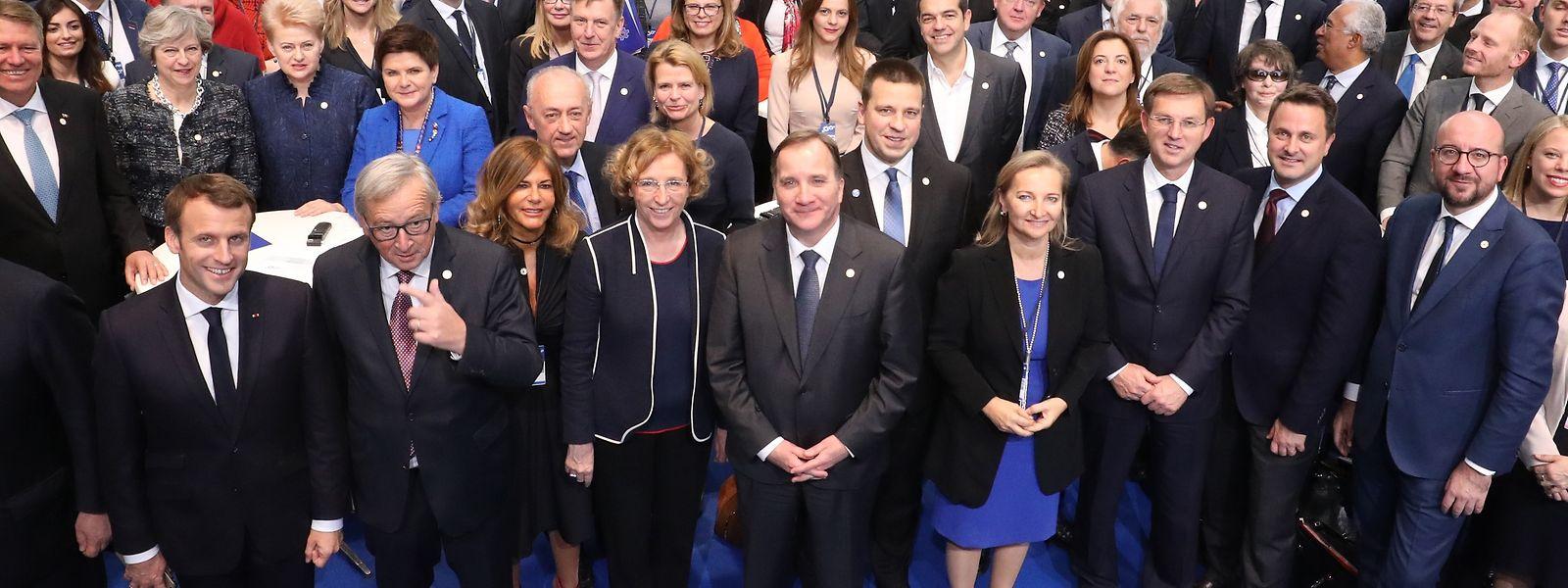 Enquanto Jean-Claude Juncker posou ao lado de Macron, enquanto Bettel ficou no outro extremo