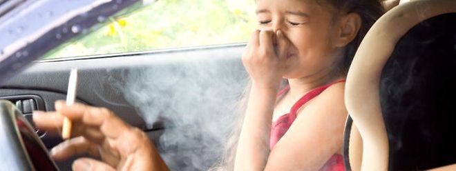 Rauchen wird künftig im Auto verboten sein, wenn Kinder unter zwölf Jahren mitfahren.