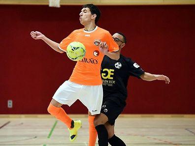 Daniel Perez (en noir, Samba 7 ALSS Futsal Niederkorn) presse Joao Marcos Soares (Amicale Clervaux Futsal).