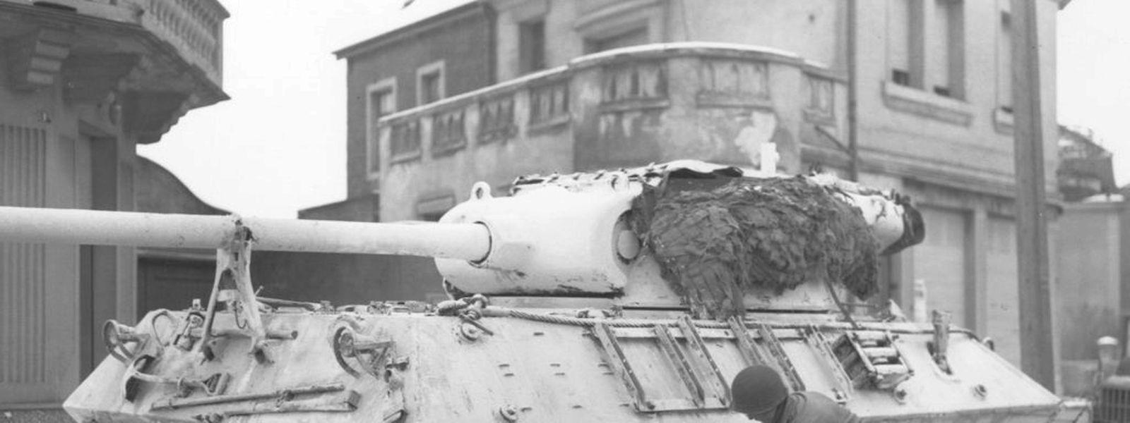 Ein Sherman-Panzer wird in Düdelingen gekalkt.