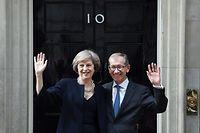 ARCHIV - 13.07.2016, Großbritannien, London: Die britische Premierministerin Theresa May und ihr Ehemann Philip stehen winkend bei ihrem Amtsantritt vor Downingstreet No. 10. Mit dem Niederlegen ihres Amts als Parteichefin gibt die britische Premierministerin Theresa May den Weg frei für das Rennen um ihre Nachfolge. Foto: Andy Rain/EPA/dpa +++ dpa-Bildfunk +++
