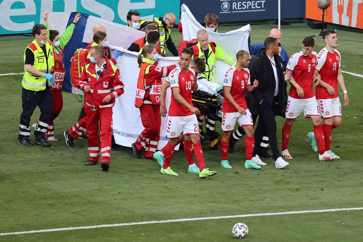 Die Teamkollegen schirmen Christian Eriksen ab.