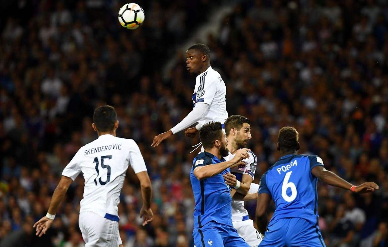 France - Luxembourg 0-0 - Christopher Martins au dessus de la mêlée.