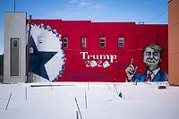 01.02.2020, USA, Boone: Ein Wandbild mit der Darstellung von US-Präsident Trump und dem Schriftzug «Trump 2020» ziert ein Gebäude. Ein Makler und Trump-Unterstützer gab das Bild in Auftrag, das mindestens bis zum Wahltag an der Wand verbleiben soll. Foto: Jack Kurtz/ZUMA Wire/dpa +++ dpa-Bildfunk +++