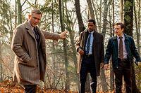 Die Ähnlichkeit mit James Bond ist rein äußerlich, denn Daniel Craig (l.) lässt als Privatermittler Benoit Blanc – hier mit Lieutenant Elliott (LaKeith Stanfield) und Trooper Wagner (Noah Segan, r.) – seineandere Paraderolle gänzlich vergessen.