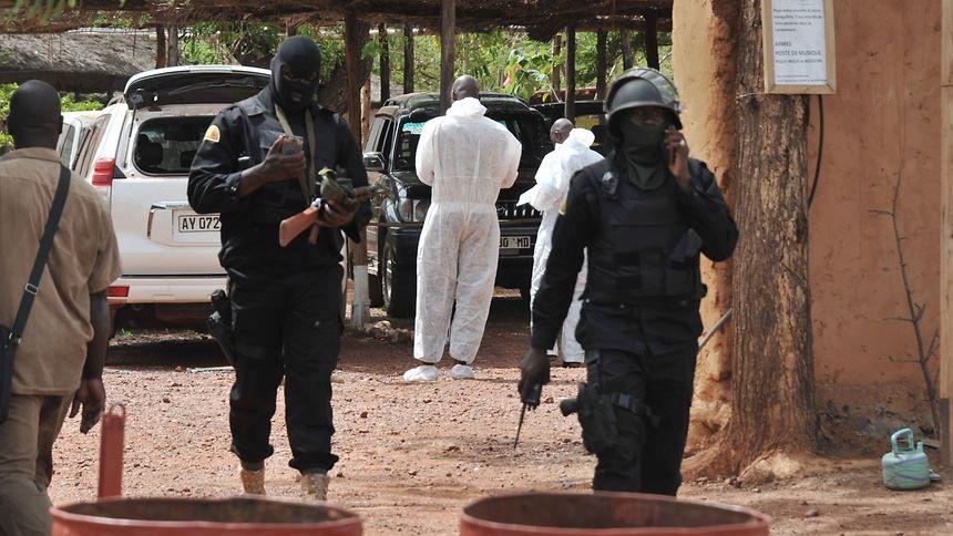 Mitglieder einer malischen Antiterroreinheit am Anschlagsort.