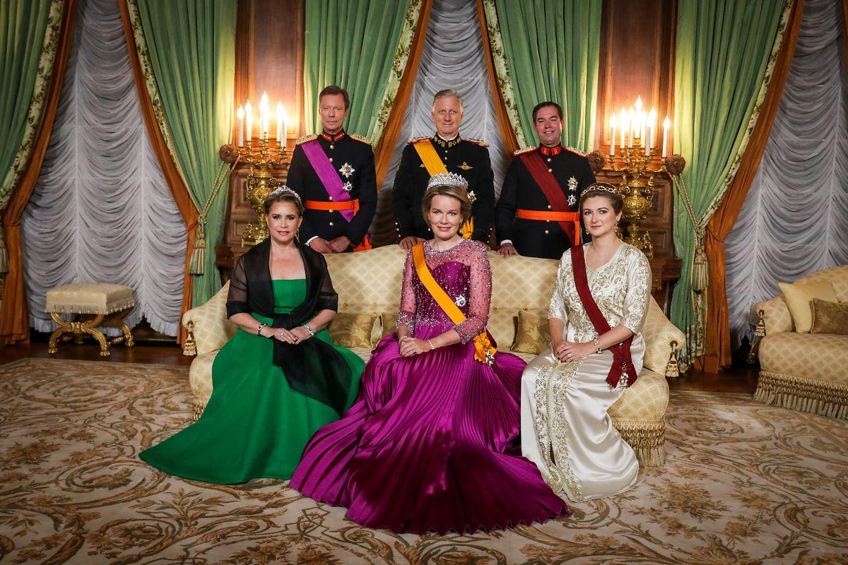 Von links nach rechts: Großherzogin Maria Teresa, Königin Mathilde und Erbgroßherzogin Stéphanie sitzen in der ersten Reihe, dahinter stehen Großherzog Henri, König Philippe und Erbgroßherzog Guillaume.