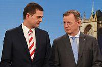 Mike Mohring (l), CDU-Spitzenkandidat, steht neben Bodo Ramelow (Die Linke), Ministerpräsident von Thüringen und Spitzenkandidat der Partei für die Landtagswahl, in einem Wahlstudio im Landtag. Ein Bündnis zwischen beiden Parteien erscheint zurzeit als einzig realistische Koalitionsoption.