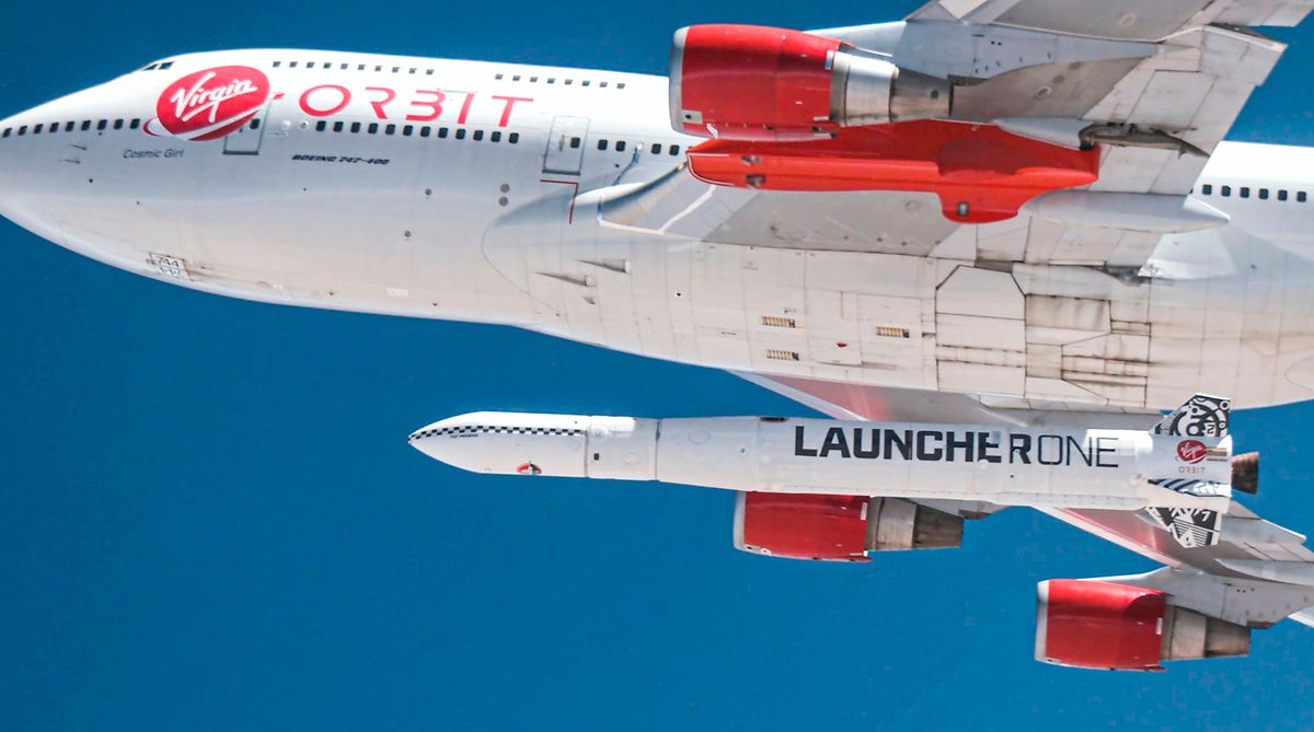 Die Rakete startet nicht aufrecht vom Boden aus, sondern unter dem Flügel der Boeing 747, die die Rakete auf eine Höhe von rund 10.600 Meter bringt.