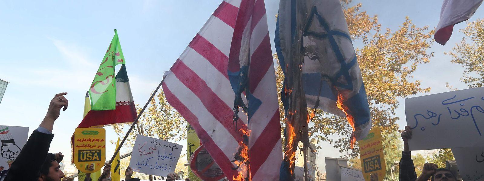 Queimaram-se bandeiras dos EUA e de Israel em manifestações na cidade de Teerão.
