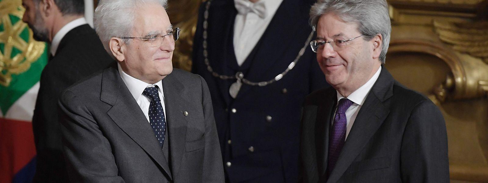 Präsident Sergio Mattarella (l.) gratuliert dem neuen Premier Paolo Gentiloni nach dessen Vereidigung.