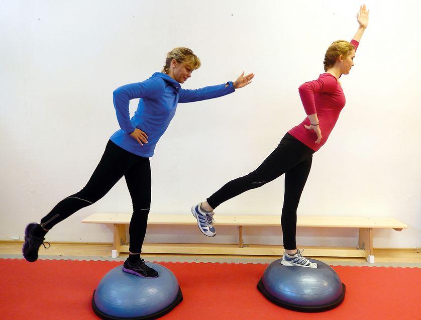 Wer sich optimal auf den Skiurlaub vorbereiten will, sollt auch den Gleichgewichtssinn trainieren. Das geht zum Beispiel auf einer wackeligen Unterlage wie dem Bosu-Ball.