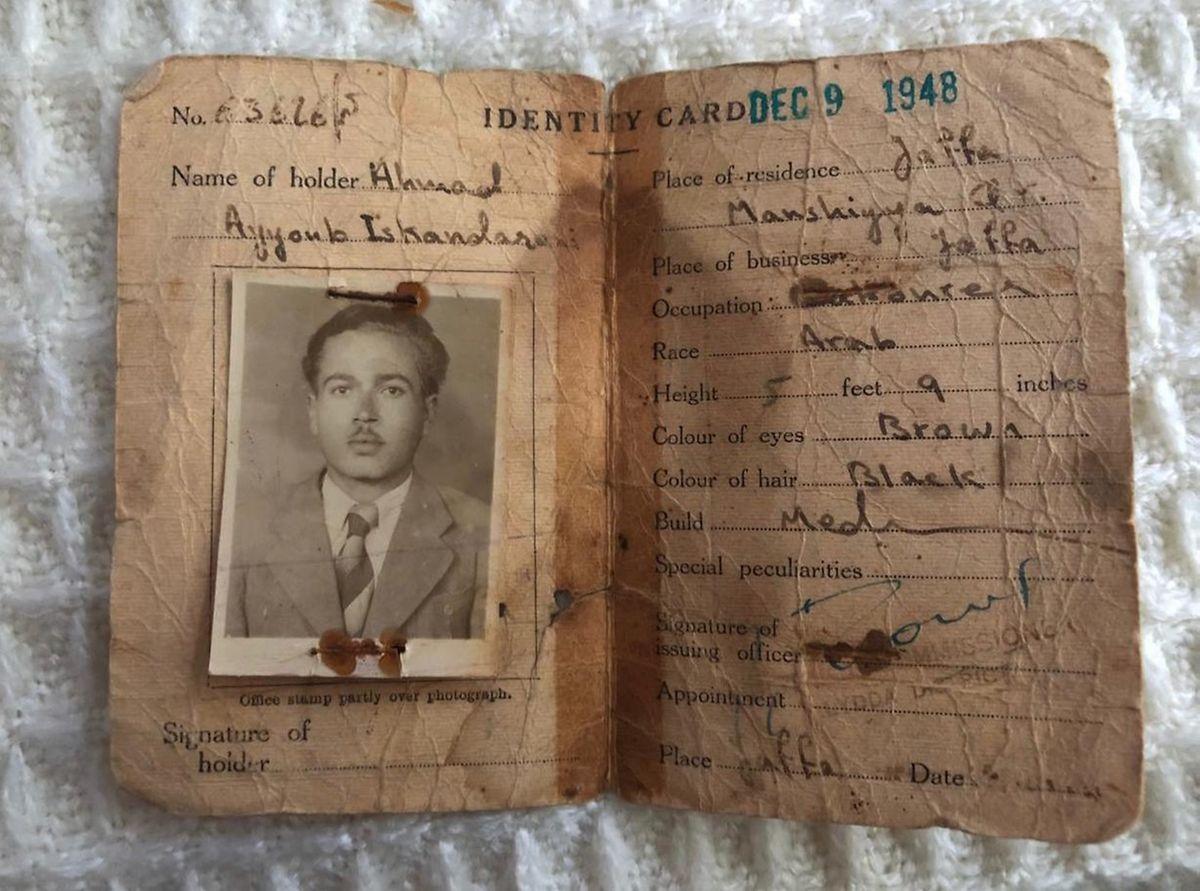 Documento de identificação do avô paterno de Heba, emitido em 1948 pelo Mandato Britânico na Palestina (que na altura ocupavam o território)