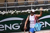 Australia's Ashleigh Barty leaves the court after an injury during her women's singles second round tennis match against Poland's Magda Linette on Day 5 of The Roland Garros 2021 French Open tennis tournament in Paris on June 3, 2021. (Photo by Anne-Christine POUJOULAT / AFP)