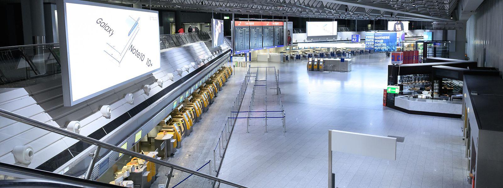 Leere Check-in-Schalter am Flughafen Frankfurt. Bei der Lufthansa hat um Mitternacht ein 48-Stunden-Streik der Flugbegleiter begonnen.