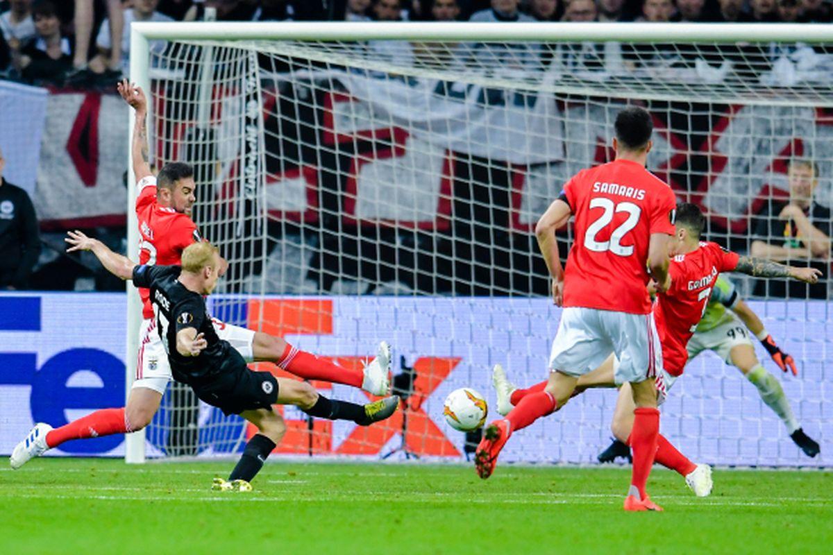 Sebastian Rode, au milieu de la défense des Aigles, frappe et marque le 2-0 pour Francfort.