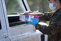 Am Freitag begann die Armee, Atemschutzmasken an Unternehmen zu verteilen.