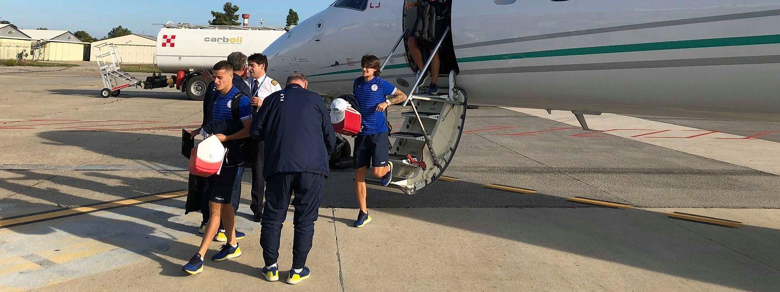 Les frères Thill, comme tous les joueurs, ont donné un coup de main pour transporter le matériel de la sélection placé à l'intérieur de l'avion.