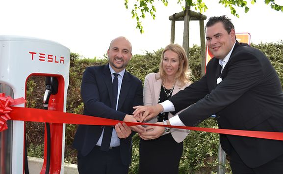 From left to right: Etienne Schneider, Deputy Prime Minister, An De Pauw, Country Manager Tesla Motors and Thierry Schintgen, Manager Hotel Légère