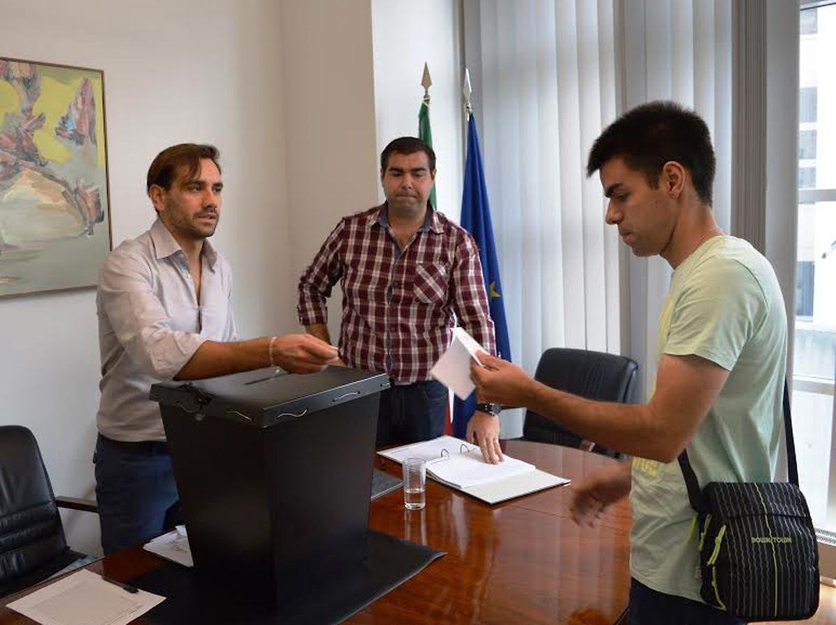 Nuno Torres (à direita) foi um dos 34  portugueses que votaram no Luxemburgo para o Conselho das Comunidades Portuguesas
