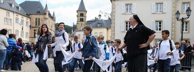 Die Gläubigen bewegen sich springend durch die engen Gassen der Abteistadt.