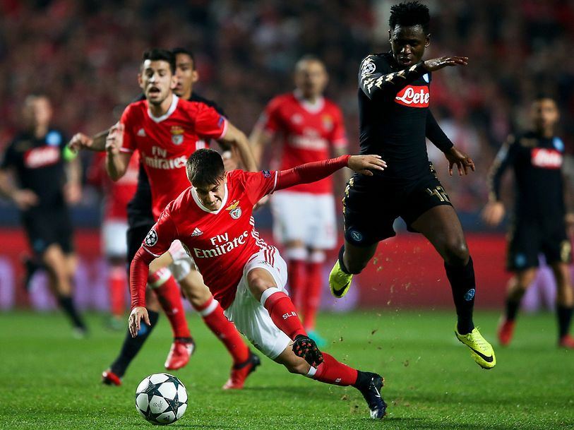 Benfica's Franco Cervi (L) in action with Napoli's Diawara during the UEFA Champions League group B soccer match at Luz stadium, in Lisbon, Portugal, 6 December 2016. MARIO CRUZ/LUSA