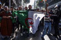 29.03.2019, Algerien, Algier: Demonstranten nehmen an einem Massenprotest gegen den algerischen Präsidenten Abdelaziz Bouteflika teil. Die Massenproteste gegen Algeriens altersschwachen Präsidenten und die Führung des Landes gehen weiter. Es war der sechste Freitag in Folge mit Massenprotesten. Foto: Farouk Batiche/dpa +++ dpa-Bildfunk +++
