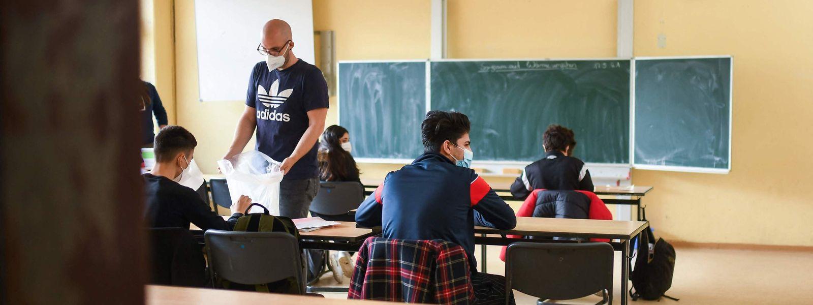 La plupart des cas d'élèves décrocheurs concernent des garçons, redoublants, et âgés en moyenne de 17 ans.