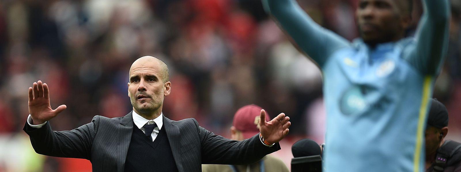 Pep Guardiola gestikuliert wild an der Seitenlinie