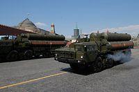 ARCHIV - 09.05.2016, Russland, Moskau: Ein russisches Flugabwehrsystem S-400 fährt während einer Militärparade auf dem Roten Platz. (zu dpa «Lieferung umstrittener russischer Raketenabwehr für Türkei beginnt») Foto: Yuri Kochetkov/EPA/dpa +++ dpa-Bildfunk +++