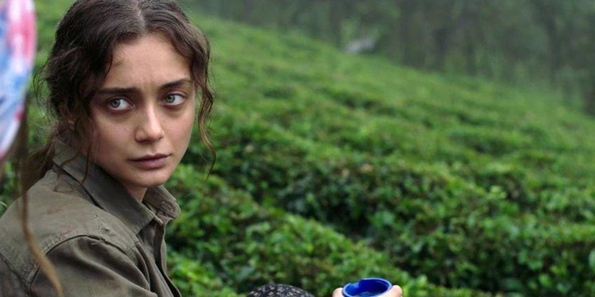 Damla Sönmez schlüpft in die Rolle von Sibel. Die Frau ist taub und kommuniziert nur über die Pfeifsprache, die es in der Türkei tatsächlich gibt. Eines Tages trifft sie einen Deserteur der türkischen Armee, gespielt von Erkan Kolçak Köstendil, worauf sich ihr Leben verändert.