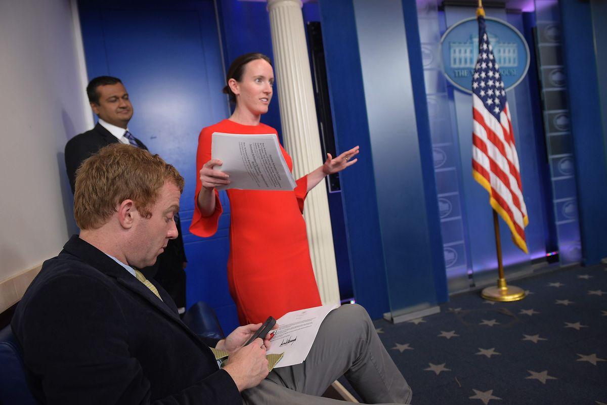 Überfordert: Die stellvertretende Regierungssprecherin Lyndsey Walters beim Überbringen der schriftlichen Nachricht von Comeys Entlassung.