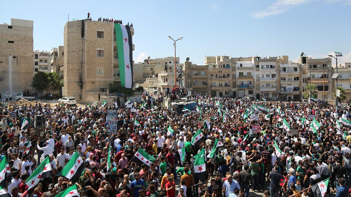 Demonstranten protestieren mit Fahnen der Opposition gegen die erwartete Militäroffensive der syrischen Armee auf die Rebellenhochburg in der Provinz Idlib.