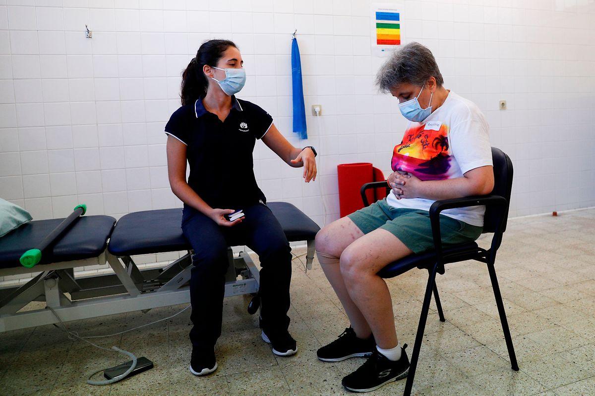 A fisioterapeuta, Bárbara Duarte com Eulália Pinto.