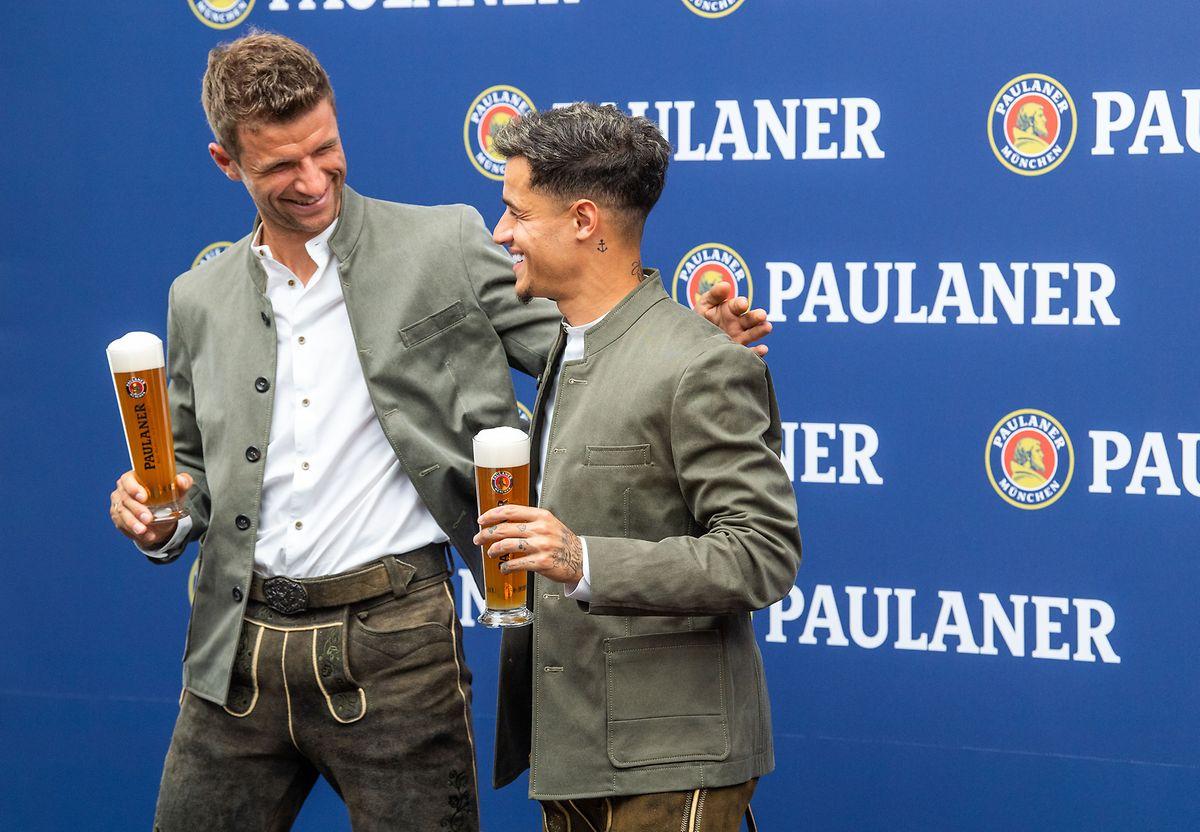 Gute Miene zum bösen Spiel? Thomas Müller und Philippe Coutinho (r.) streiten sich um den Platz hinter der Spitze.