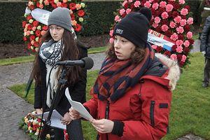 21.2. Croix de Hinzert / Journee Nationale de la Resistance / Schülerinnen lesen Briefe , r.Marie Krieps Dupong Foto:Guy Jallay