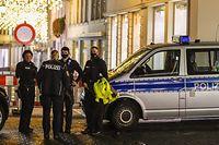 Polizisten in der abgesperrten Trierer Innenstadt am Abend des 1. Dezember.