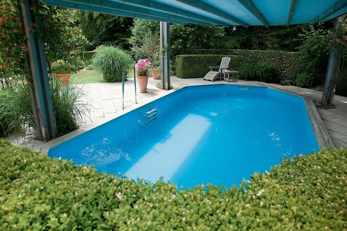 Eine bewegliche Abdeckung für den Schwimmingpool wird hochgefahren zum Sonnendach.