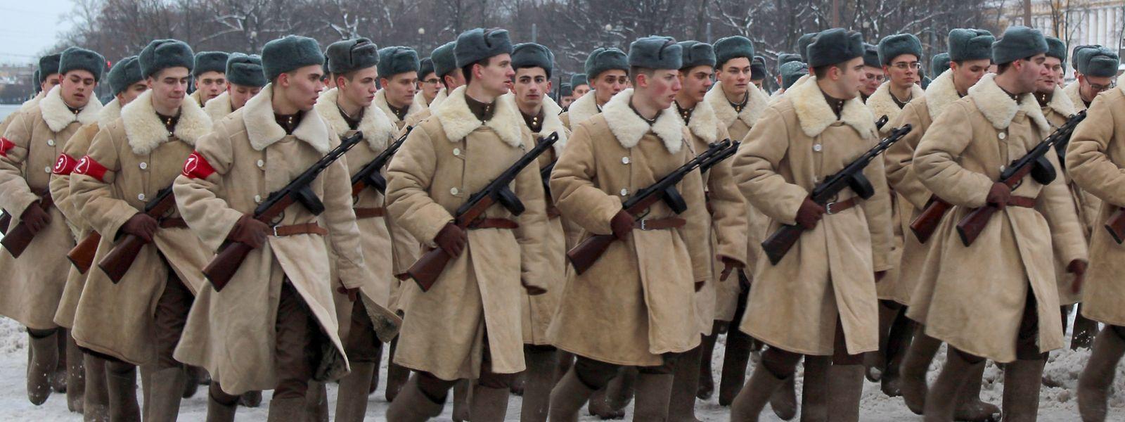 Soldaten üben vor dem einstigen Zarenpalast für eine Parade zum Gedenken an die Blockade von Leningrad.