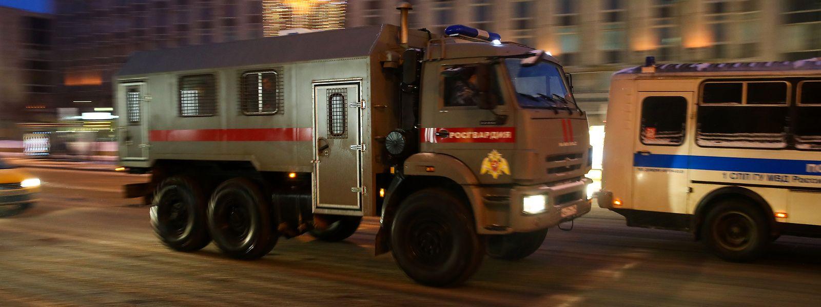 Ein Fahrzeug der russischen Nationalgarde (Rosgvardia) ist in der Twerskaja-Straße bei einem Protest gegen die Inhaftierung des Kremlkritikers Nawalny zu sehen.