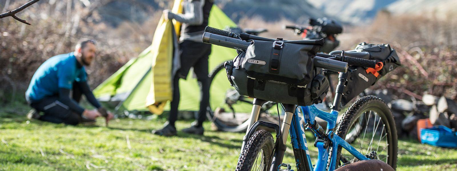 Organisationstalente: Wer auf der Radreise auch noch das eigene Zelt mitnehmen will, muss die Transportmöglichkeiten optimal ausschöpfen.