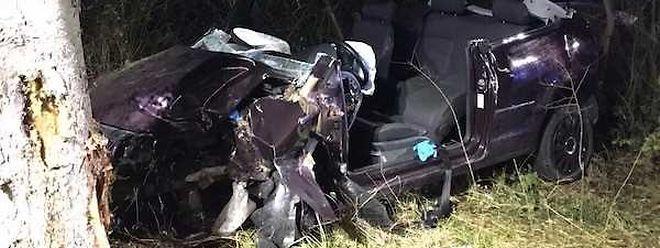Der Fahrer dieses Wagens hatte zwischen Crauthem und Hellingen die Kontrolle verloren und war gegen einen Baum geprallt.