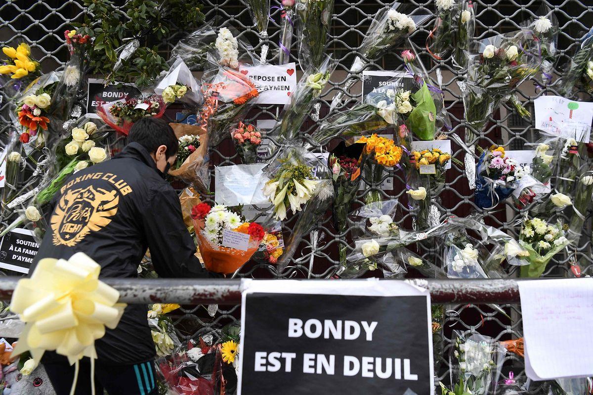 """Blumen am """"Espace Nelson Mandela""""-Gemeindezentrum in Bondy, wo Aymane sein Leben verlor."""